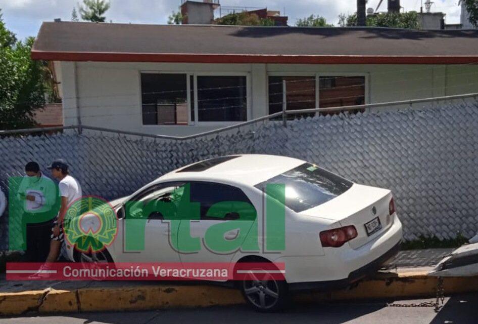 Se impacta vehículo contra fachada de la prepa Xalapa