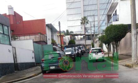 Movilización de elementos de seguridad por detonaciones frente al edificio Hakim, Xalapa