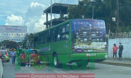 Accidente de tránsito sobre la avenida Lázaro Cárdenas, a la altura de Agua Santa, Xalapa