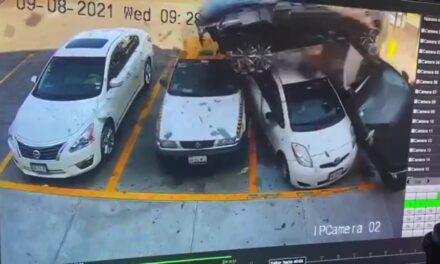 VIDEO: 'Vuela' y se impacta contra tienda; daña varios autos en Nuevo León