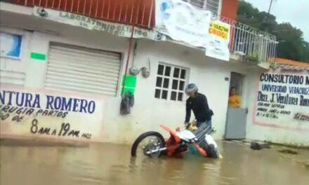 Video: Motociclista se va a un hoyo, luego del fuerte aguacero en Xalapa