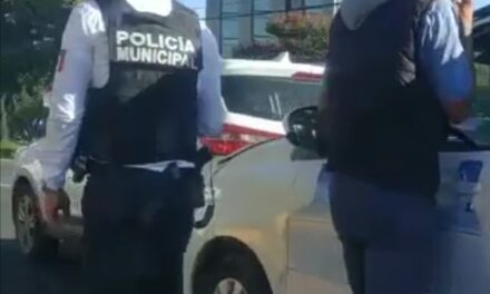 Accidente de tránsito en la avenida Lázaro Cárdenas, a la altura del hotel Fiesta Inn