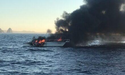 Video: Embarcación se incendia en Cabo San Lucas