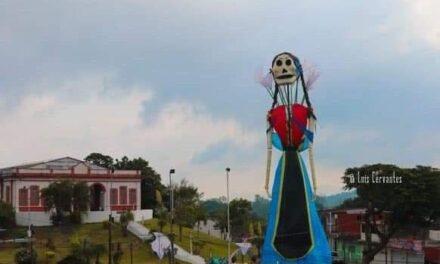 Una catrina de casi 30 metros de altura vigila e municipio #Misantla, Veracruz, de cara al #DíaDeMuertos.