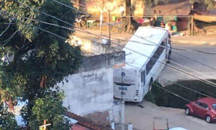 Camión de pasajeros a punto de caer al canal de aguas negras en Xalapa