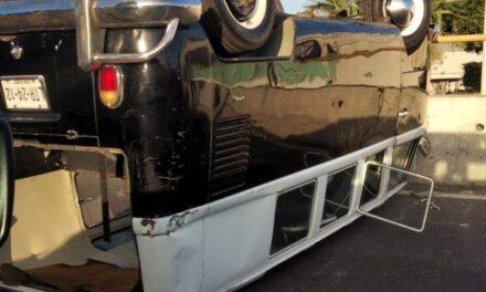 Se voltea vehículo en el puente Bicentenario, frente a plaza Cristal