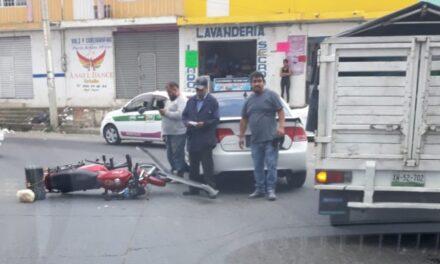 Accidente de tránsito en calle Tecolutla de la colonia Carolino en Xalapa