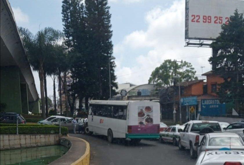 Accidente de tránsito en avenida la avenida Lázaro Cárdenas, a la altura del puente Bicentenario
