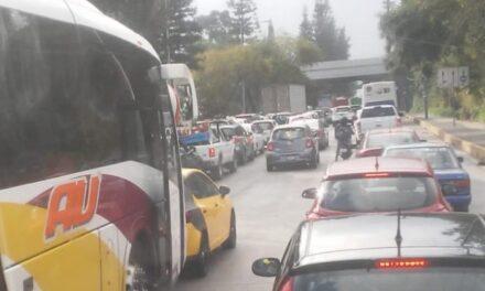 Tráfico intenso sobre Lázaro Cárdenas, cerrado el puente Bicentenario
