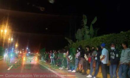 Desde la madrugada llegaron a formarse para recibir la vacuna contra covid en Coatepec