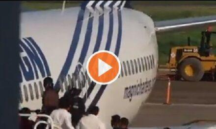 VIDEO: Salta haitiano de las escaleras de un avión para no ser deportado