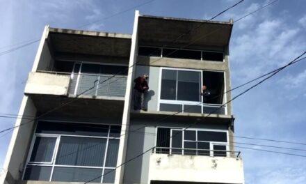 Persona intenta aventarse de edificio en la zona de la Rotonda, Xalapa